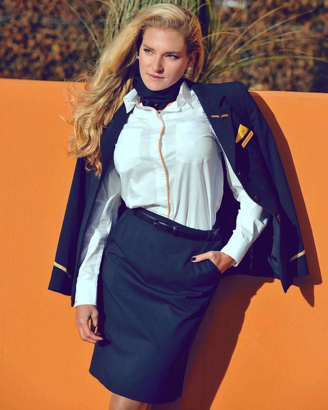 Napicsaj rovatunkban a csinos pilótanők után ma egy nem kevésbé csinos stewardess, a 28 éves Evi Schwarzfischer kerül terítékre, aki a Lufthansa járatain emeli a légiutas-kiszolgálás színvonalát.