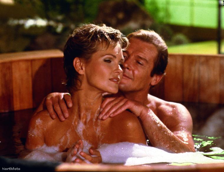 Moore 1973 és 1985 között összesenhét filmben játszotta a 007-es ügynököt,akinek a szerepét Sean Connerytől vette át