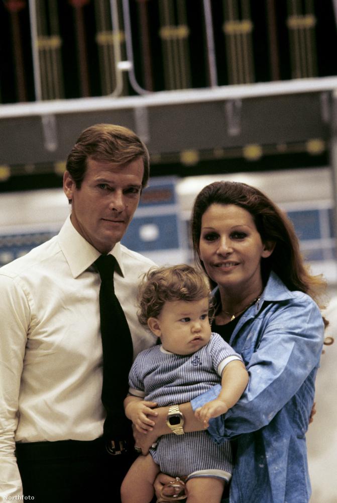 Moore négyszer nősült, ezen a fotón éppen harmadik feleségével, Luisa Mattiolival látható, akitől három gyereke született.                         1993-ban mentek szét,de hivatalosan csak 2000-ben váltak el.