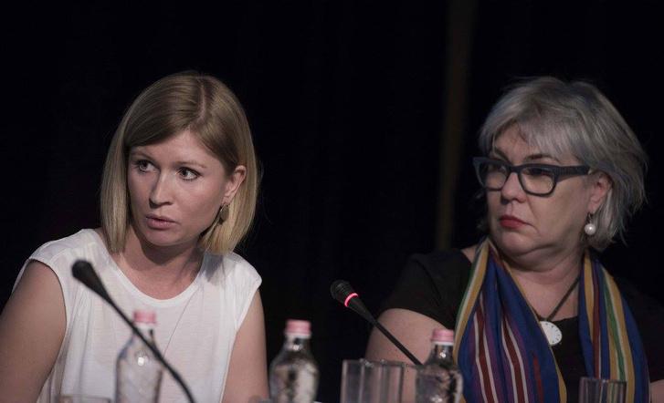 Máriási Dóra és Pető Andrea, a Közép-európai Egyetem Társadalmi Nemek Tudomány tanszékének professzora, a beszélgetés moderátora