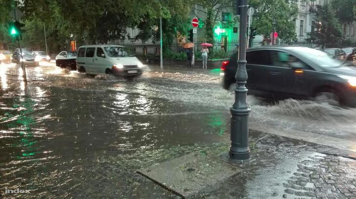 Képünk illusztráció, a tegnapi özönvízben készült