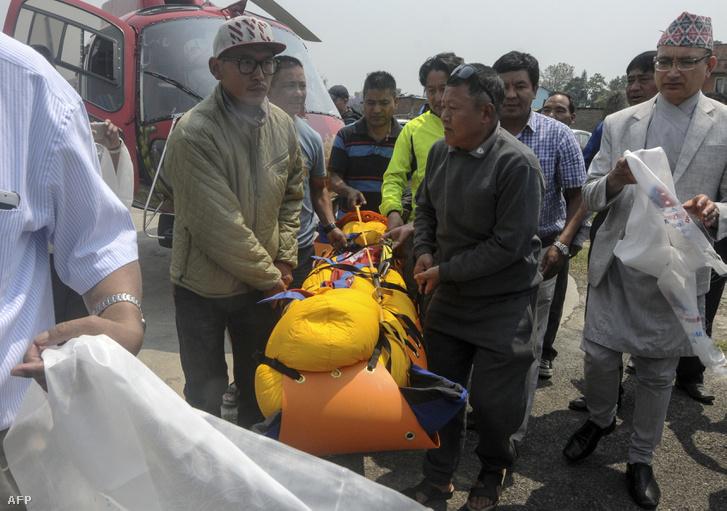 Egy még a hónap elején elhunyt hegymászó Min Bahadur Sherchan testét szállítják el a hegyről.