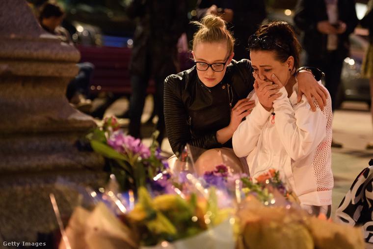 A hétfő esti tragédia áldozataira virágokkal és mécsesekkel emlékeznek a manchesteri lakosok május 23-án.