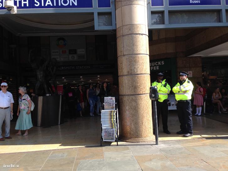 Rendőrök Hammersmith metróállomásnál - lécci nagyítsatok bele, hogy az újságosstand és a rendőrök látszódjanak