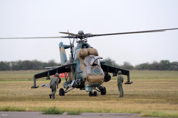 Egy Mi-24 es helikopter a Magyar Honvédség szolnoki helikopter bázisán a Logical Decision elnevezésű nemzetközi gyakorlaton.