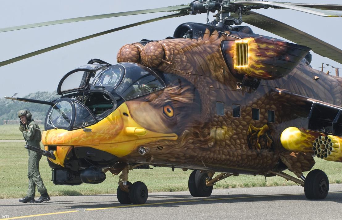 A Magyar Légierő különleges fényezésű sast mintázó Mi-24 típusú katonai helikoptere áll a kifutópályán a 2010. július 23-án.