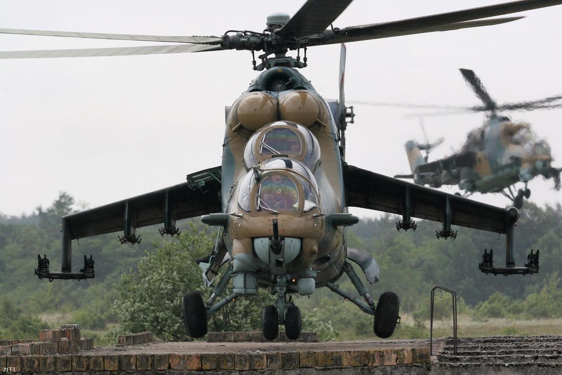 Egy MI-24 es harci helikopter leszáll a Légi Roham 2009 harcászati gyakorlaton az újdörögdi romvárosban.