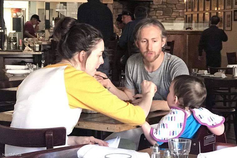Így eteti kisfiát Anne Hathaway.
