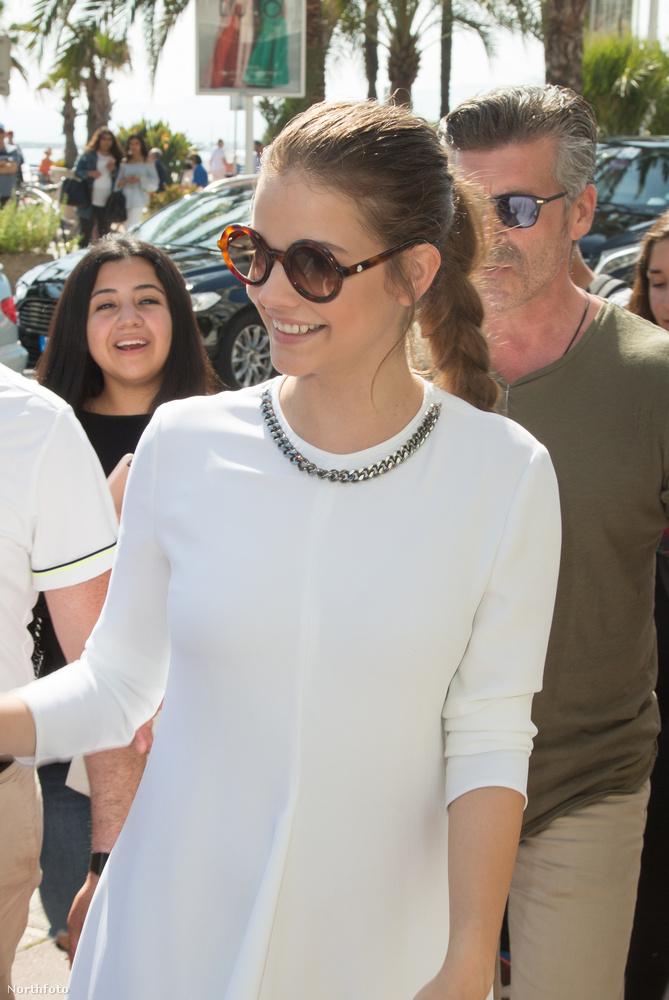 Ezek a fehér ruhás képek például a Francia Riviéra egyik leghíresebb sétányán, a Croisette-en készültek.