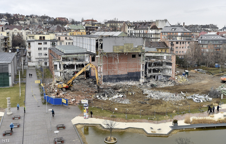 A Millenáris Teátrum bontás alatt álló épülete a Millenáris parkban 2017. március 9-én.