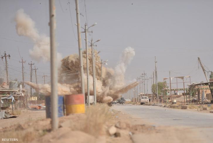 Harcok nyoma május 23-án, Moszul egyik Iszlám Állam által felügyelt városrészében.