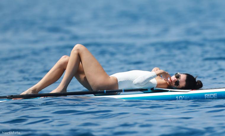 Inkább kényelmesen, de nem rendeltetés szerűen elterült a paddle boardján.