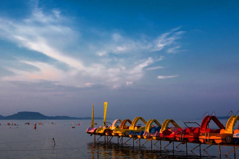 Balatonmáriafürdőn nem egy, de a nyolc kilométernyi parton nyolc szabadstrand van. A jól kiépített, gyönyörű szakaszon csak az extra szolgáltatásokért, például a vízibicikliért kell fizetni.