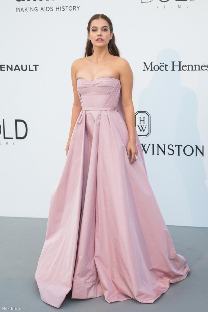 aki ebben a ruhában egészen királylányos benyomást kelthet,