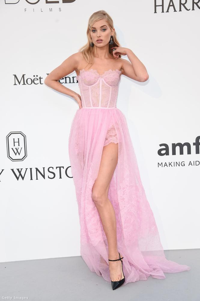 Borzasztó csinos ez a fehérneműre emlékeztető rózsaszín ruha, de már ezen a fotón is látszik, hogy ez a cipő viszont igazából nem jó Elsa Hoskra.