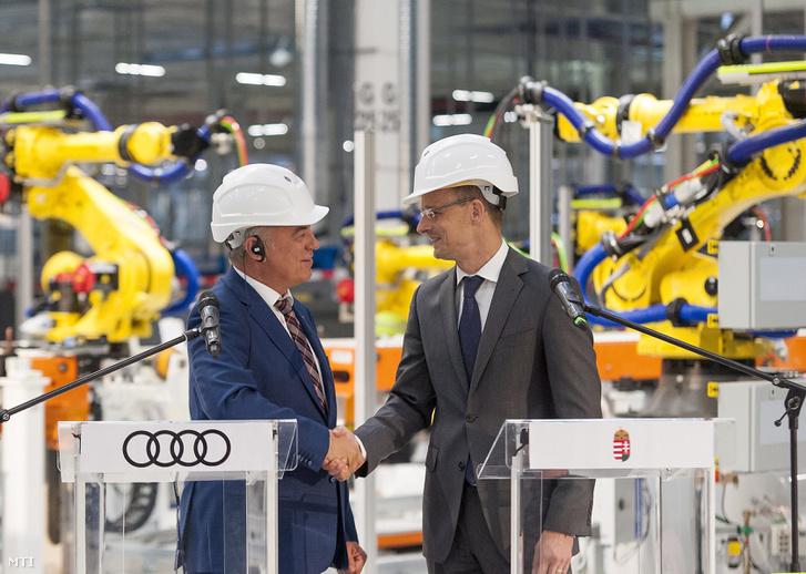 Peter Kössler és Szijjártó Péter a győri Audi-gyárban 2017. május 23-án