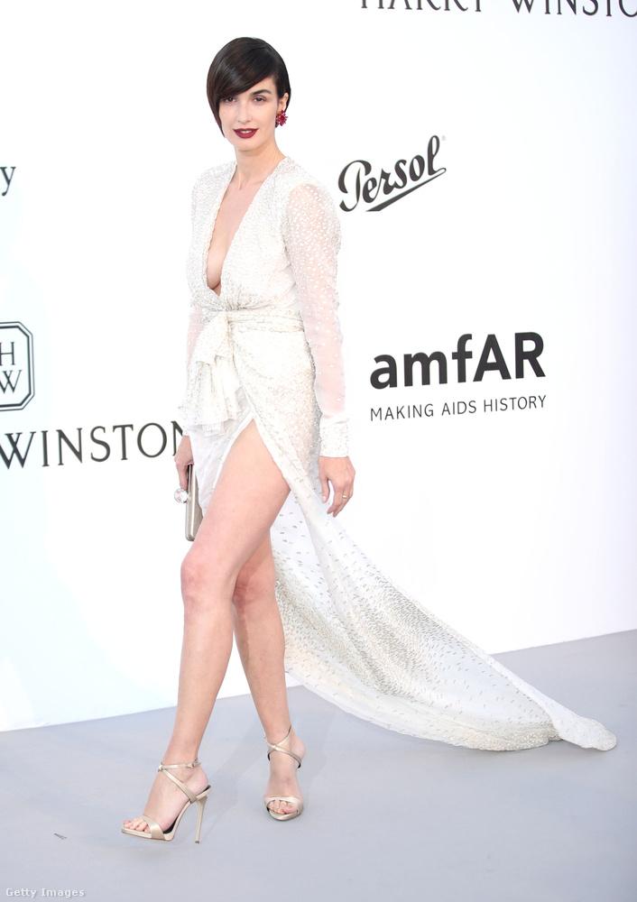 Ezek a köntösszerűen elöl záródó, vagyis inkább nyílódó ruhák nagyon menők most, Paz Vega spanyol színésznő úgy néz ki, mintha mindjárt kilépne a sajátjából