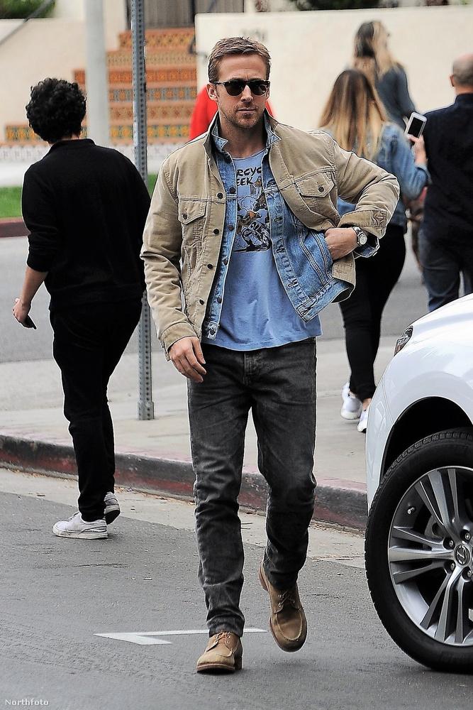 Ryan Gosling sétált az utcán!Ez már önmagában is hír, legalábbis a Kaliforniai álom óta, de azért nem ilyen egyszerű a helyzet.Valami van a zsebében