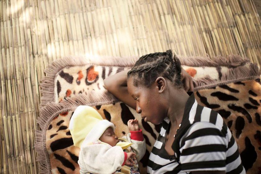 - Nehéz az anyaság. A lányom sokat sír. Itthon vagyok, pedig imádtam focizni. Azt sem tudom, hogy lettem terhes. Nem tanították az iskolában. A barátom mindent letagadott - mesélte a zambiai Mulenga (15).