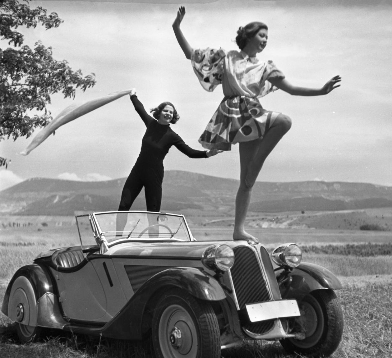 1936 BMW 319 Roadster személygépkocsi. Háttérben a Kevély-hegycsoport (a Kis-Kevély, a Nagy-Kevély és az Ezüst-Kevély Fotó: Urbán Tamás FORTEPAN
