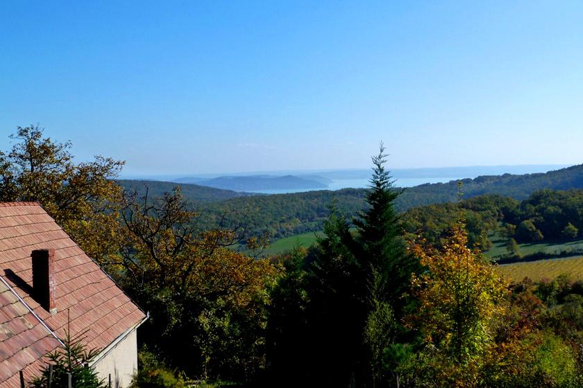 Vászoly a Dörgicsei-medence egyik völgyében fekszik. Magasabb pontjairól gyönyörű, balatoni panoráma tárul a szemed elé a Tihanyi-félszigettel.