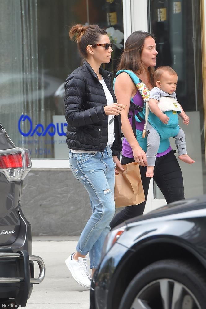 Miközben Timberlake apa-fia napot tartott, felesége, Jessica Biel szintén az utcákat rótta, de neki jobb híján egy barátnője gyerekével kellett beérnie.