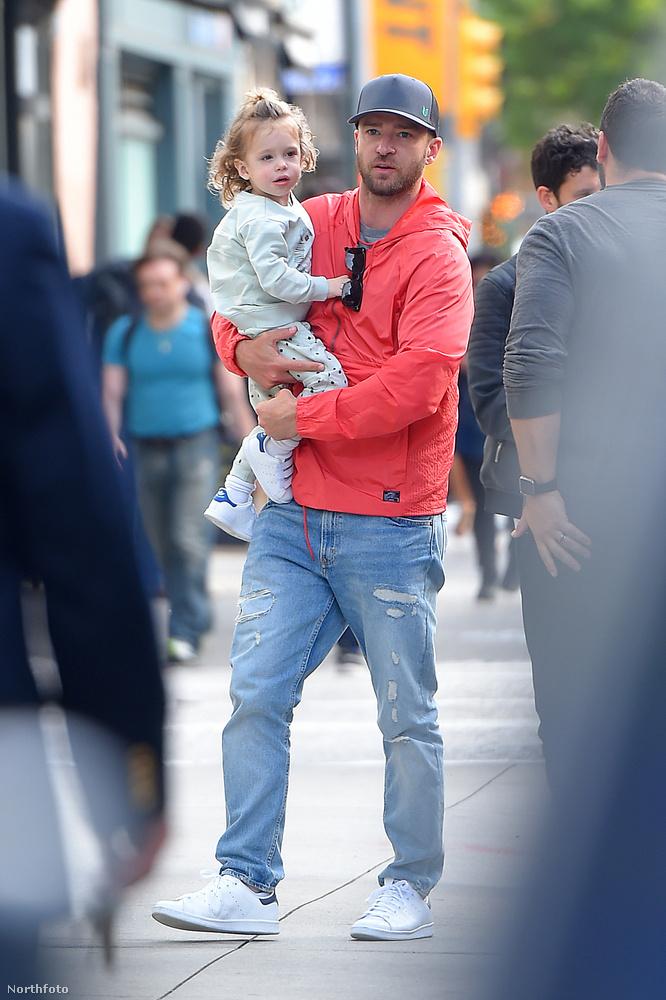 Ryan Reynolds és Justin Timberlake egyszerre kapott kedvet egy gyerekcipeléssel ötvözött utcai sétához, ami számos bűbájos fotót eredményezett.