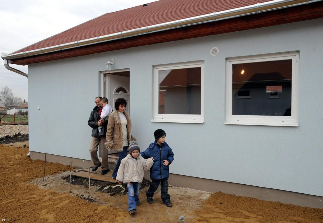 Szabó Imre és családja kilép új lakásuk ajtaján a hajdúböszörményi Alföld utcában ahol három kétlakásos családi házat építettek a Habitat for Humanity szervezésében és az önkormányzat támogatásával. Hajdúböszörmény 2009. december 2.