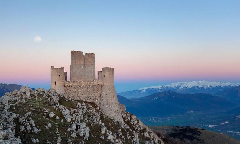 Az egyik legígéretesebb választás a közép-olaszországi Abruzzo régió pazar kastélya, a Rocca Calascio.