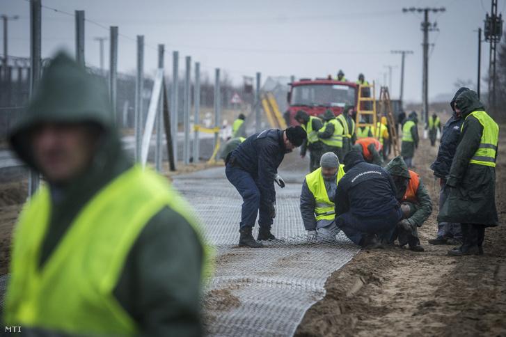 A szerb-magyar határszakaszon épülő műszaki határzára mögötti második védelmi vonal kerítése Kelebia határában 2017. március 1-jén