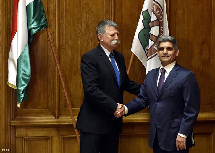 Kövér László a Fidesz választmányi elnöke és Farkas Flórián a Lungo Drom elnöke kezet fog a két szervezet közötti együttműködésről szóló stratégiai megállapodás aláírása után a Fidesz Lendvai utcai székházában 2017. május 26-án