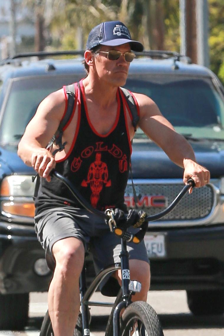 Biciklizés közben valószínűleg ön se a mellbimbójára figyel. Josh Brolin szintén nem