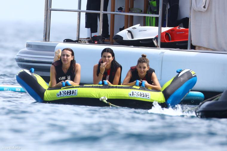 Mindeközben Kendall Jenner, Bella Hadid és Kourtney Kardashian egy yachton tölti az idejét Cannes-ban.