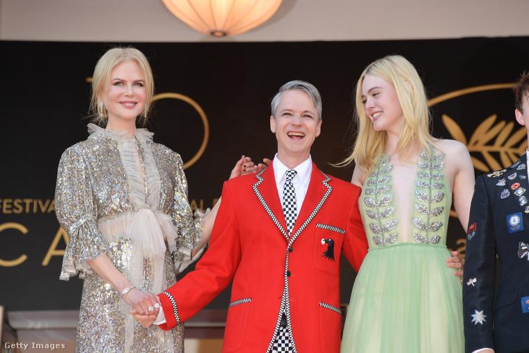 Nicole Kidman a How to Talk to Girls at Parties díszbemutatóján, a film rendezőjével és főszereplőjével, Elle Fanninggel.