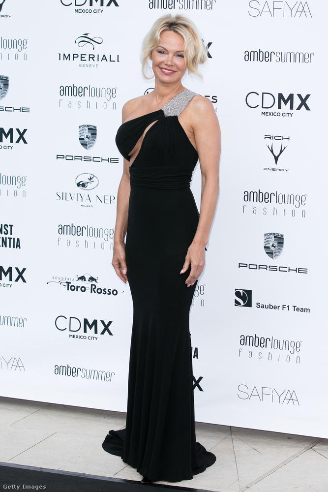 Pamela Anderson pénteken egy monacói divatbemutatón vett rész, ahol egy melltájékon kivágott ruhában szavatolta, hogy megkerülhetetlen tényező legyen az eseményen.