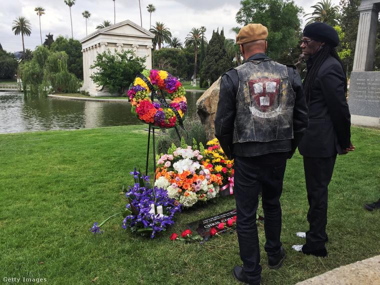 A Rage Against The Machine gitárosa, Tom Morello és a Daft Punk duóval való közös számairól is ismert Nile Rodgers is ott volt a szertartáson.
