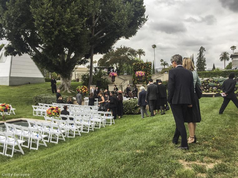 A TMZ szerint a zártkörű temetésen rengeteg híresség vett részt - többek között                          Brad Pitt, Dave Grohl, Lisa Marie Presley, Dave Navarro, Jimmy Page, Courtney Love, Christian Bale, Lars Ulrich és James Hetfield.