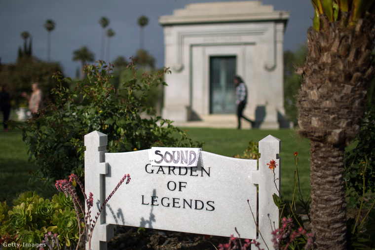 A Legendák kertjének bejáratánál is nyomot hagytak a rajongók