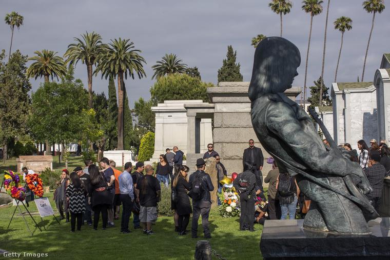 A sírhely mellett áll a Ramones zenekar gitárosának, Johnny Ramone-nak állított szobor