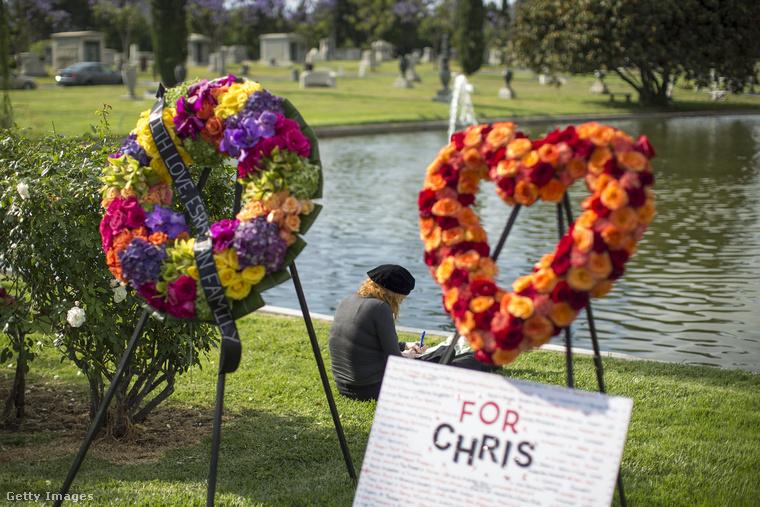 Egy kör és egy szív alakú koszorúval emlékeztek a grunge egyik legnagyobb alakjára