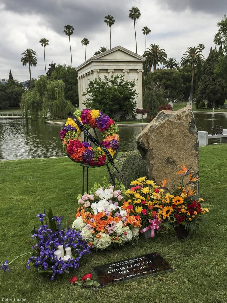 A Chris Cornellnek emléket állító sírkő.