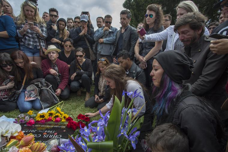A temetési szertartás után a rajongók is elhelyezhettek virágokat a sírra.