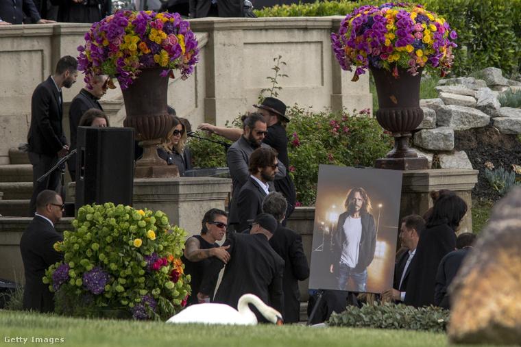A hivatalos szertartás előtt néhány nappal volt egy szintén zártkörű hamvasztás is, ahol az énekes felesége, Vicky Cornell megható levéllel búcsúzott szerelmétől