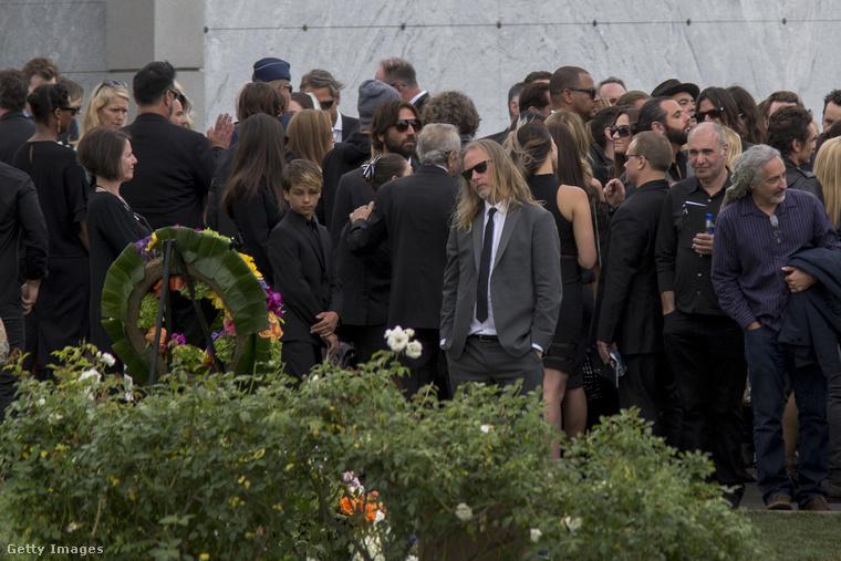 A május 18-án öngyilkosságot elkövető Cornellt a punklegenda Johnny Ramone közelében helyezték örök nyugalomra