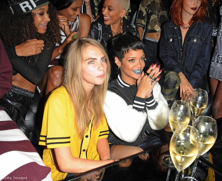 A tavalyi Szigeten felejthető produkciót nyújtó popdíva Rihanna néhány éve kiváló kapcsolatot ápol Cara Delevingne szupermodellel.