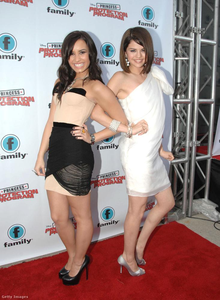 Később Selena Gomez hónapokig Demi Lovato családjánál lakott, amíg magántanuló volt