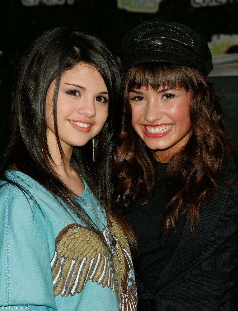 És azt tudta, hogy Selena Gomez (a képen balra) és Demi Lovato is nagyon nagy barátok? Az énekesnők 7 éves korukban ismerkedtek meg a Barney és barátai gyereksorozat meghallgatásán