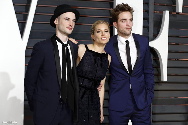 Robert Pattinson (jobbra) és Tom Sturridge (balra) osztálytársak voltak a Londonban található The Harrodian Schoolban