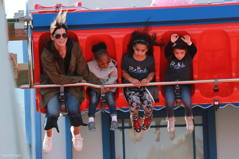 Sandra Bullock a gyerekekkel