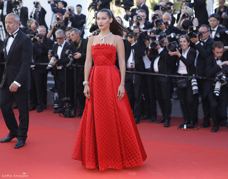 Azért az ünnepi filmes gálára elég szép vörös estélyit vett fel a modell